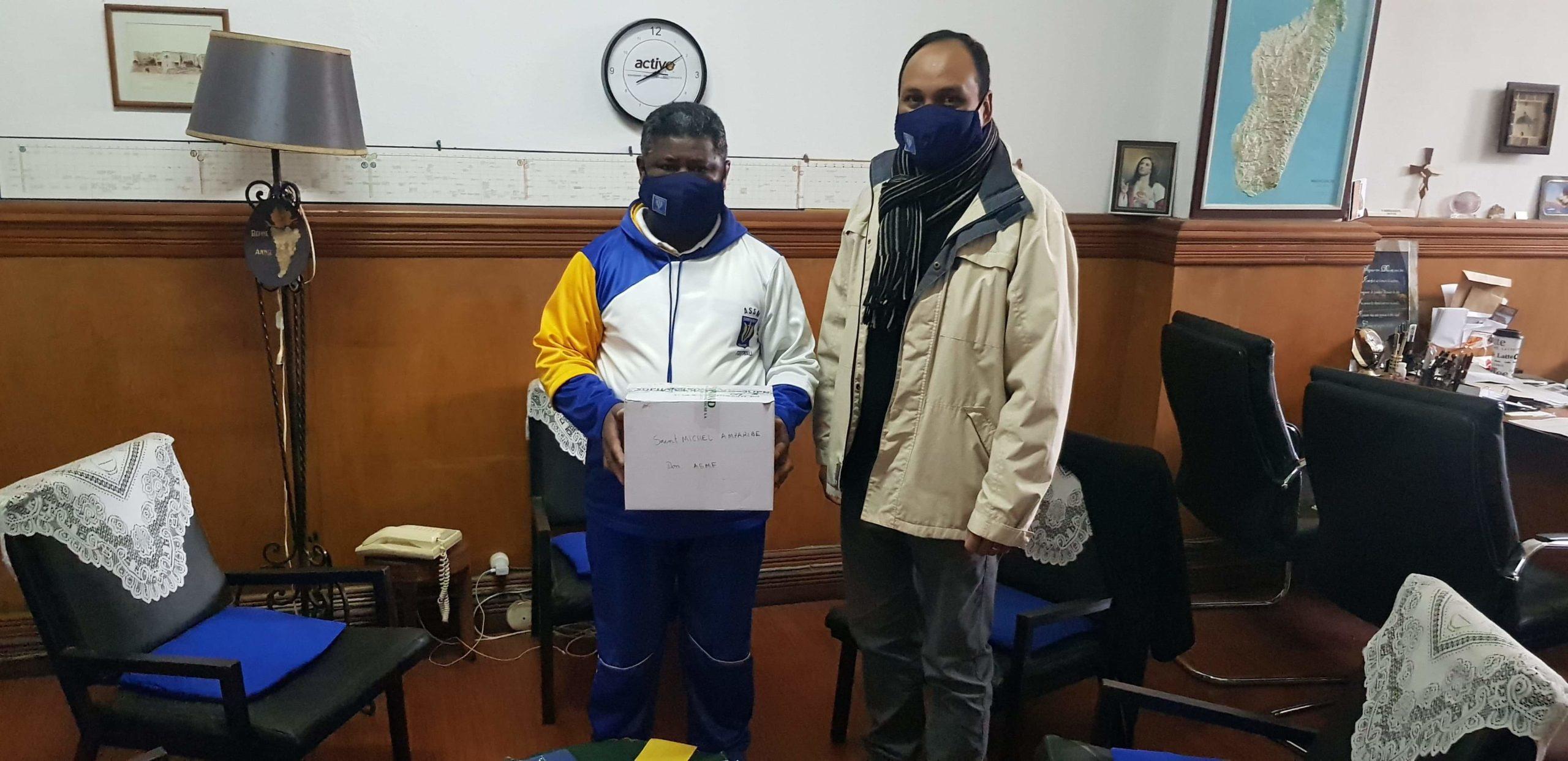 Remise de dons de masques type chirurgical au Père Recteur